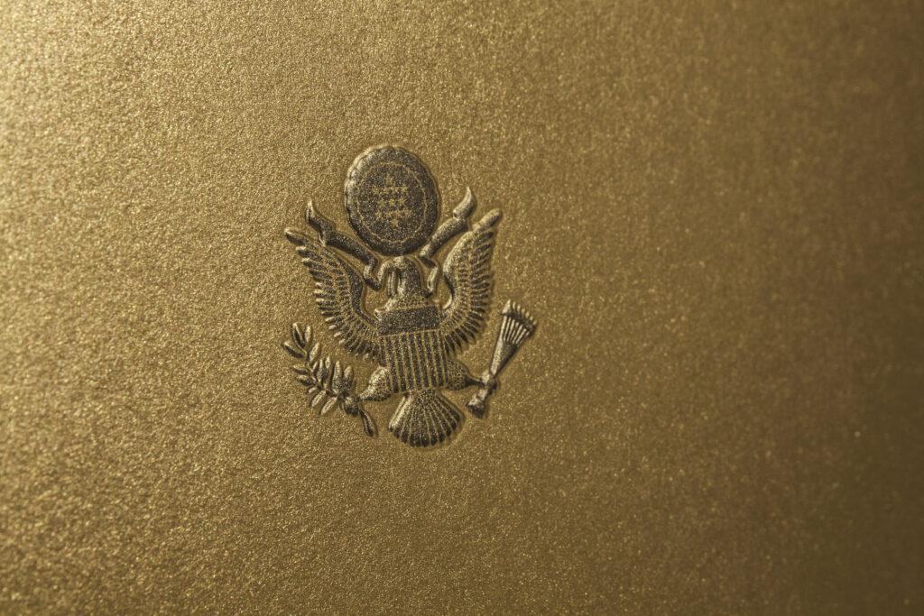 Печат на покани: луксозен картон и сухо преге